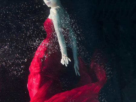 傳統婚紗不夠看,超浪漫水中婚紗正夯 - 奇力克
